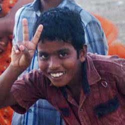 5A Junge u Friedenszeichen