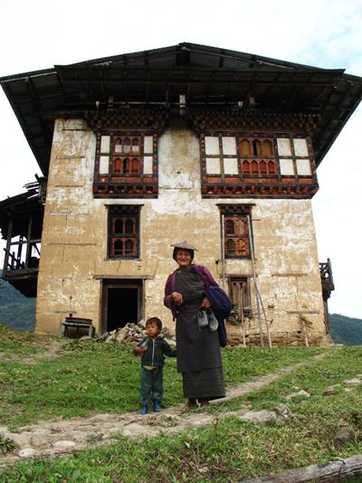 Frau mit Kind in Bhutan
