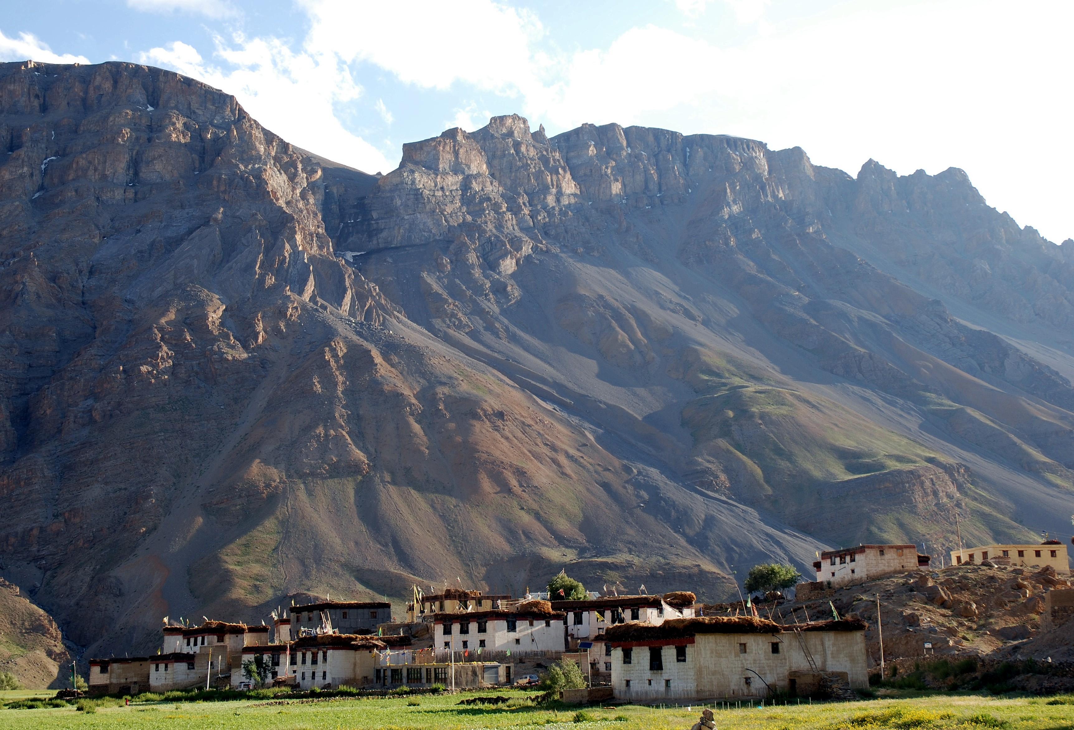 Dorf in Spitilandschaft