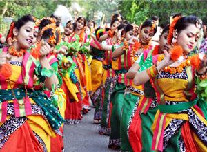 2Tanzprozession zum Fuehlingsfest, Santiniketan